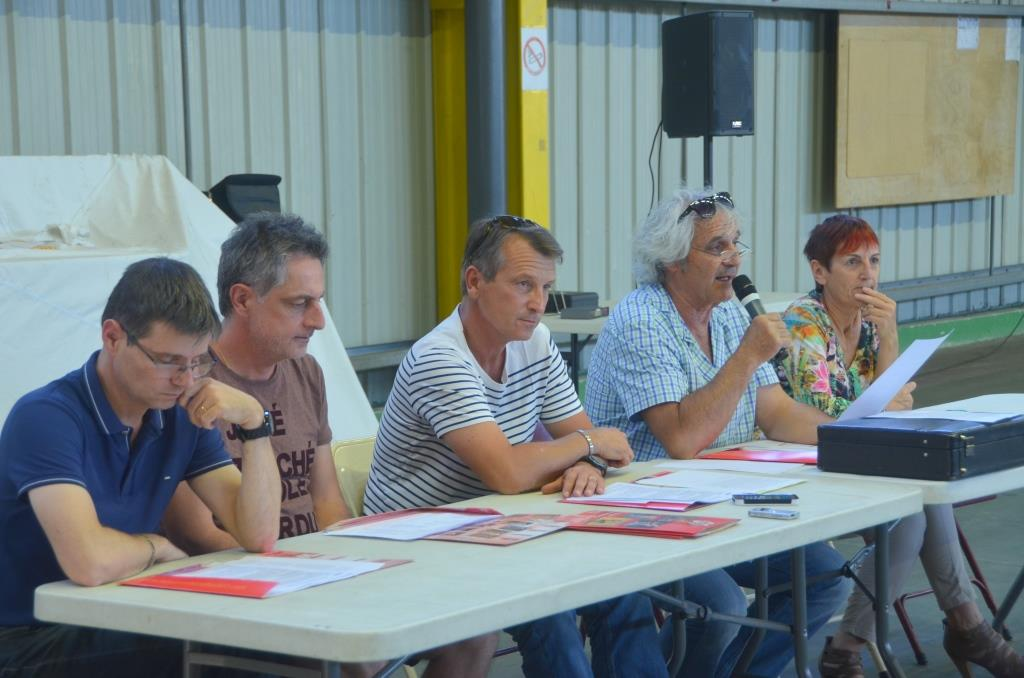 A la tribune les dirigeants et representants du comite 2607 de handball et de la mairie
