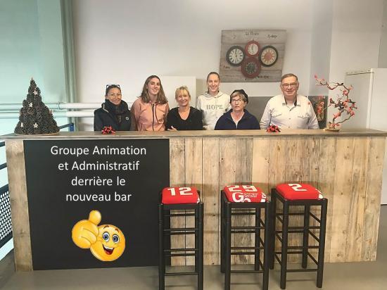 Groupe animation et administratif derriere le nouveau bar a